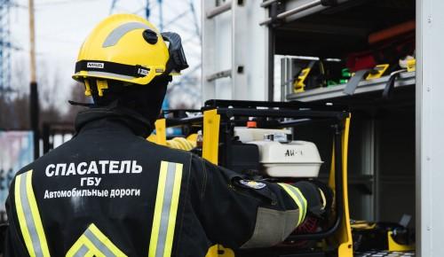 Сотрудники аварийно-спасательного формирования в Ясеневе оказывают первую помощь пострадавшим в ДТП
