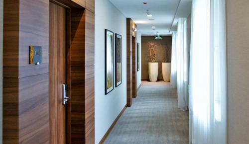 В гостиницах Москвы проживают около 700 борющихся с COVID-19 медработников