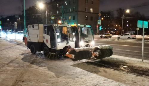 Более 4 тысяч дворников убирают снег с территории ЮЗАО