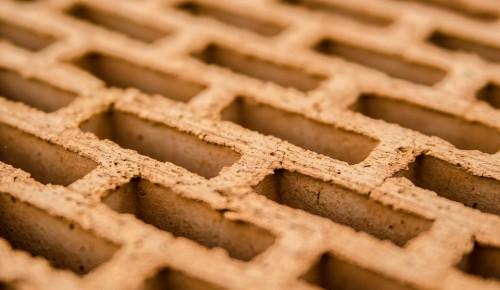 Дом по программе реновации в Конькове облицуют кирпичом разных оттенков