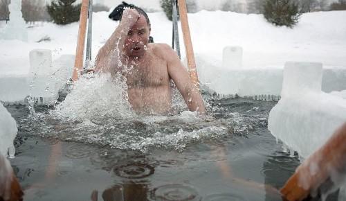 Москвичам рассказали, как сделать купание в проруби полезным и безопасным