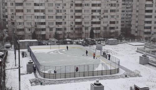 Коммунальщики Академического района приводят в порядок дворовые спортивные площадки
