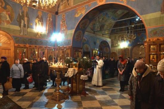 Череда праздничных Богослужений прошла в храме Живоначальной Троицы в Крещенский сочельник и праздник Святого Богоявления