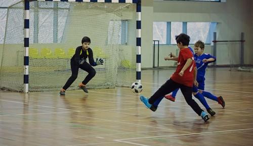 Команда Академического района завоевала серебро на окружных соревнованиях по мини-футболу