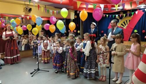 Юные артисты центра «Академический» устроили праздничный концерт для мам и бабушек