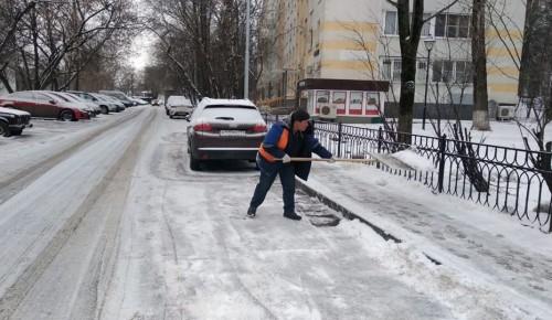 Коммунальные службы Академического района в усиленном режиме расчищают улицы и дворы от снега