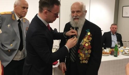 В Музее Героев вручили юбилейные медали ветеранам войны из Академического района