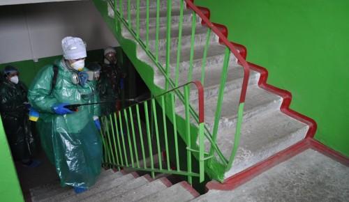 В Академическом районе коммунальщики обрабатывают подъезды домов антисептиками
