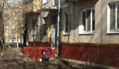Работники коммунальных служб Академического района приводят дома и дворовые территории в порядок