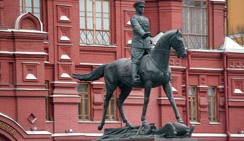 Мэр Москвы и волонтеры возложили цветы к памятнику маршалу Жукову
