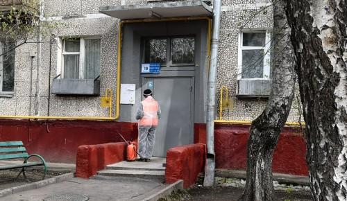 В Академическом районе коммунальщики обрабатывают подъезды дезинфицирующими средствами