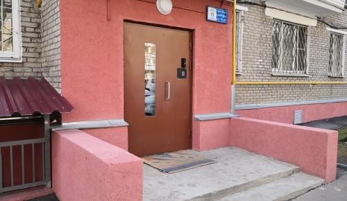 В Академическом районе выполнены работы по ремонту входных групп подъездов на Винокурова, 11