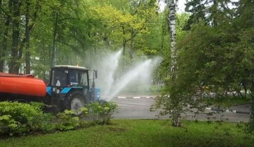 Коммунальщики Академического района провели дезинфекцию дорог и общественных мест