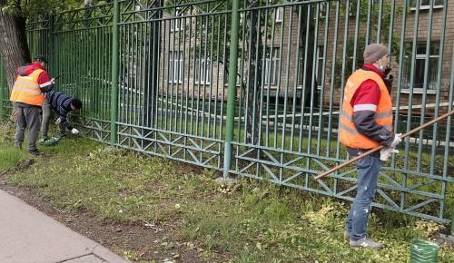 Работники коммунальных служб привели в порядок ограждение вокруг школы № 45