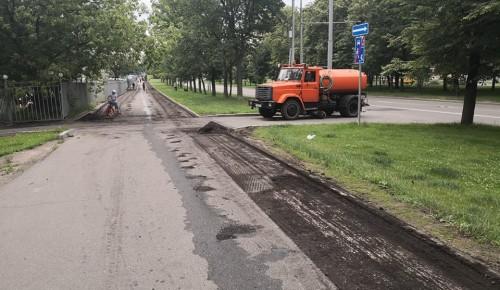 В Академическом районе на Нахимовском проспекте заменили асфальтовое покрытие тротуаров