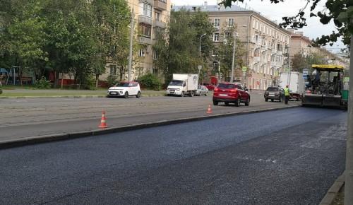 На улице Кржижановского в Академическом районе производится замена асфальтового покрытия