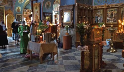 В храме Живональной Троицы отметили молебном день обретения мощей Сергия Радонежского