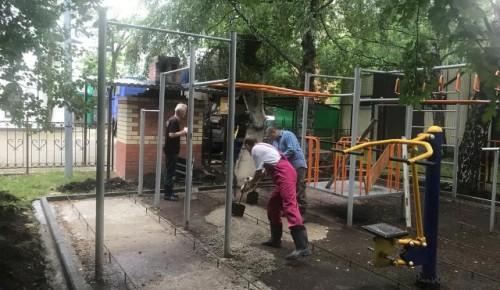 На территории храма Всех Преподобных Отцев Киево-Печерских ремонтируют детский спортивный городок