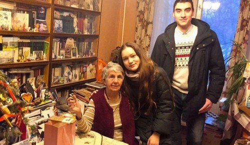 Молодежь храма Святой равноапостольной Нины поздравила с Рождеством пожилых прихожан