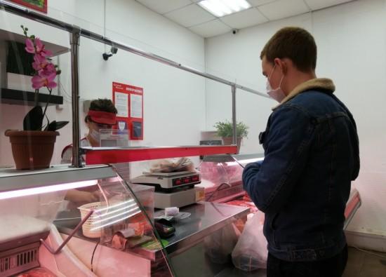 Волонтеры и добровольцы помогают пожилым москвичам, находящимся на самоизоляции