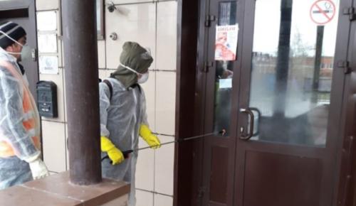 Специалисты Черемушкинского «Жилищника» проводят дезинфекцию подъездов