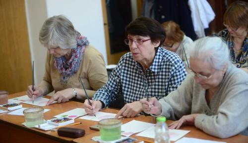 В Гагаринском районе для пенсионеров работает кружок рисования
