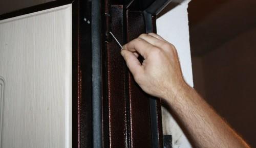 Коммунальные службы Гагаринского района починили двери в подсобном помещении многоквартирного дома