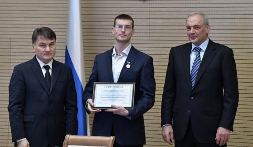 Ученый Губкинского университета был награжден медалью Российской академии образования