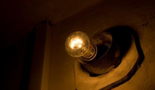 На Ленинском Проспекте починили освещение в подъезде