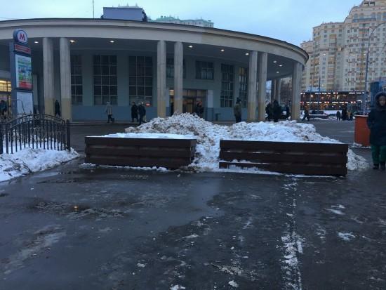 Территорию у метро Университет очистили от гололёда