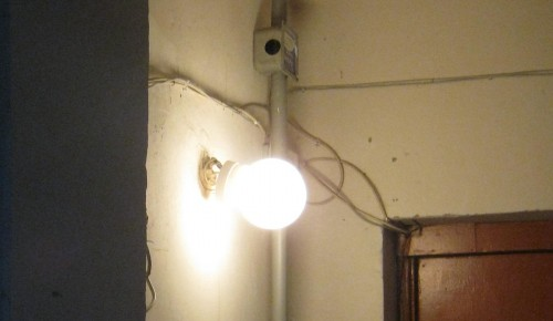 В многоквартирном доме на Ленинском Проспекте починили освещение