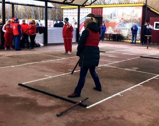 Учителя из Дворца пионеров сыграли в городки на городских соревнованиях