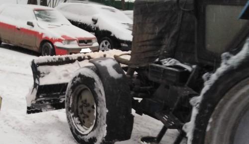 В районе Коньково убирают снег
