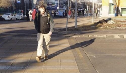 Приподнятый пешеходный переход рядом со станцией метро «Беляево» отремонтировали