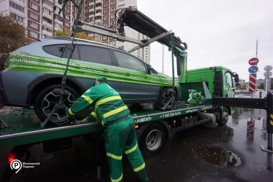 В прошлом году в столице переместили более 2 тысяч автомобилей без номеров на спецстоянки