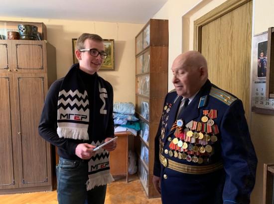 Молодогвардейцы ЮЗАО и сотрудники управы пришли в гости к ветерану