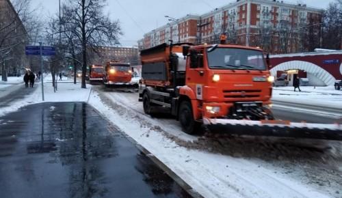 В Ломоносовском районе проходит уборка снега. Фоторепортаж