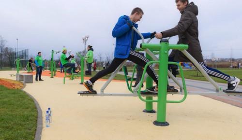 В Ломоносовском районе жители занимаются спортом на оборудованных площадках