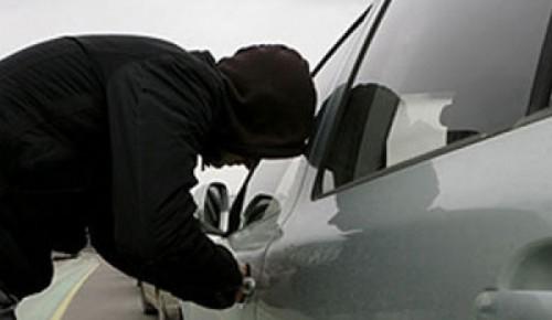 Полицейские УВД по ЮЗАО предотвратили угон автомобиля в Обручевском районе