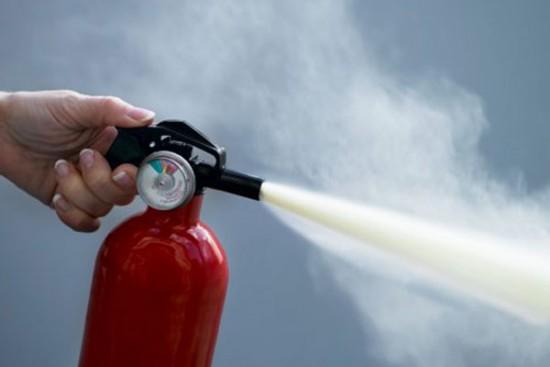 Специалисты МЧС ЮЗАО рассказали жителям о правилах пользования огнетушителем