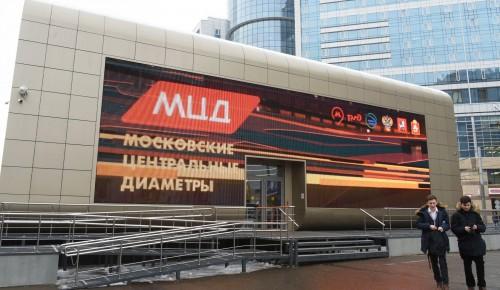 В павильоне МЦД в качестве подарков москвичи оставили банку огурцов и варежки