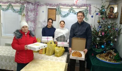 Пожилых жителей Теплого Стана поздравили с Рождеством на дому