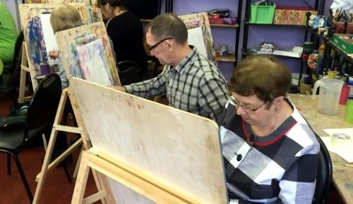 Жителей Теплого Стана «серебряного» возраста научат рисовать и разбивать цветники