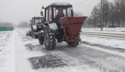 На уборку снега в Теплом Стане вышли 16 снегоуборочных машин