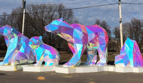 Около Московского дворца пионеров появились три полигональных медведя
