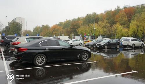 На парковке у станций метро «Теплый Стан» свободными остаются почти половина машино-мест