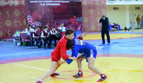 В турнире по самбо участвовали около 300 спортсменов