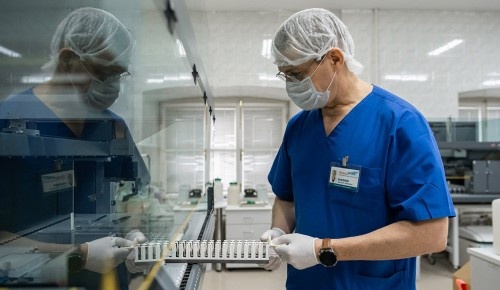 Лечащие больных с COVID-19 медики получат доплаты от города