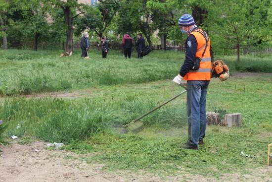В районе Ясенево коммунальщики косят траву и облагораживают газоны