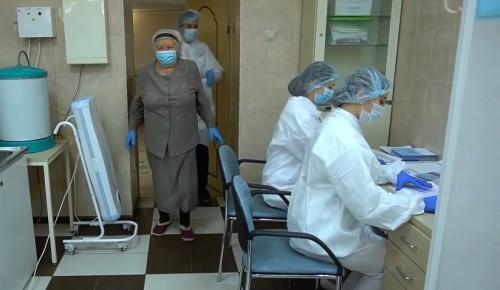 Врачи поликлиники № 134 провели вакцинацию ветеранов от коронавируса